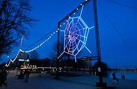 Nederland  Amsterdam -  Jan. 2021. Amsterdam Light Festival. When Nature Calls. Labyrinth spider web. Over Luchtkwaliteit. Een gigantische spin weeft een lichtgevend web, vol met informatie. Kunstenaar Katie Urban laat in haar spinnenweb, waarvan de vorm is gebaseerd op de plattegrond van Amsterdam, zien hoe de luchtkwaliteit in de verschillende delen van de stad is veranderd tijdens de coronacrisis. De data die ze daarvoor gebruikt heeft zijn verzameld en in kaart gebracht door de GGD Amsterdam.  Foto : ANP/ HH / Berlinda van Dam