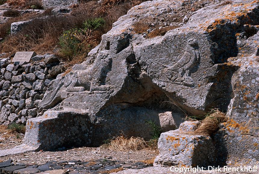dorische Siedlung Alt Thera. Temenos des Artemidoros (4.Jh. v.Chr.), Relief Löwe und Adler, die Apollon und Zeus symbolisieren auf der Insel Santorin (Santorini), Griechenland, Europa
