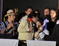 BOGOTÁ -COLOMBIA. 13-12-2013. , Gustavo Petro, el destituido alcalde de Bogotá besa a su hija durante acto con sus seguidores que se reunenieron en la Plaza de Bolívar, hoy 13 de diciembre, frente al Palacio de Liévano para rechazar la decisión de la procuraduría General de la Nacion que deja a la capital de Colombia sin gobernante./ Gustavo Petro, removed mayor of Bogota kisses to his daugther during the event with his supporters who met at Bolivar square, today  December 13, in front of Lievano Palace to protest for the decision of the General Attorney of Nation thet let thecolombian capital without mayor. Photo: VizzorImage/Gabriel Aponte/ Str