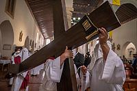 TUNJA - COLOMBIA, 02-04-2021: Como parte de la celebración del viernes Santo, se lleva a cabo representación del Viacrucis y procesión del Santo Sepulcro por parte de la Sociedad de Nazarenos de Tunja en conjunto con la arquidiócesis al interior de la Catedral Basílica Metropolitana de Tunja, Colombia. Este año por la pandemia del Covid-19 la ceremonia fue realizada de manera privada con aforo reducido y respectivos protocolos de bioseguridad, transmitiendo en televisión y medios virtuales. / As part of the celebration of Good Friday, a representation of the Stations of the Cross and procession of the Holy Sepulcher by the Society of Nazarenes of Tunja in conjunction with the archdiocese is carried out inside the Cathedral Basilica Metropolitana de Tunja, Colombia. This year due to the Covid-19 pandemic, the ceremony was held privately with reduced capacity and respective biosafety protocols, broadcasting on television and virtual media. Photo: VizzorImage / Diego Cuevas / Cont