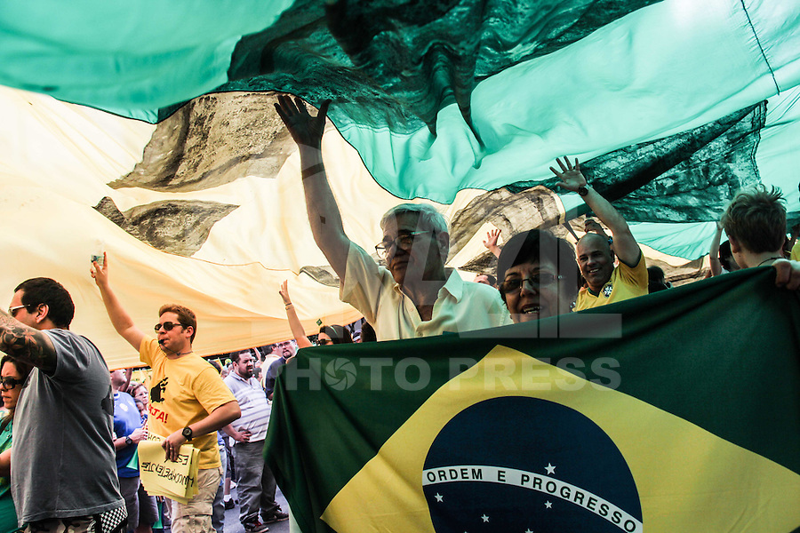SÃO PAULO,SP, 16.08.2015 - PROTESTO-SP- Manifestantes durante ato contra o governo Dilma Rousseff (Partido dos Trabalhadores) na Avenida Paulista em São Paulo, neste domingo, 16. (Foto Marcio Ribeiro / Brazil Photo Press)