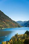 Oesterreich, Kaernten, bei Techendorf; Herbststimmung am Weissensee, im Hintergrund die Gailtaler Alpen | Austria, Carinthia, near Techendorf: autumn scenery at Lake Weissensee, at background Gailtal Alps