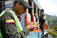 CALI -COLOMBIA. 25-05-2014. Aspecto de la seguridad en la zona rural de Cali durante la jornada de elecciones Presidenciales en en Colombia que se realizan hoy 25 de mayo de 2014 en todo el país./ Aspect of the security in the rural zone of Cali during the day of Presidential elections in Colombia that made today May 25, 2014 across the country. Photo: VizzorImage / Juan C Quintero /Str