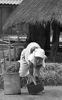 Chimoio / Beira / Mozambico 1993.Daily life. Woman with child living in a village..Photo Livio Senigalliesi