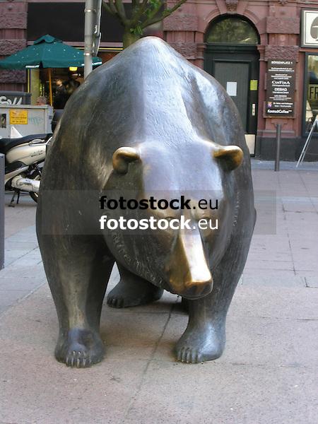 Bear in front of the stock market in Frankfurt on the Main - symbol for the down at the financial market<br /> <br /> Oso en Fráncfort del Meno - símbolo para el abajo en el mercado financiero<br /> <br /> Bär vor der Frankfurter Börse - Symbol für das Ab am Finanzmarkt<br /> <br /> 1600 x 1200 px