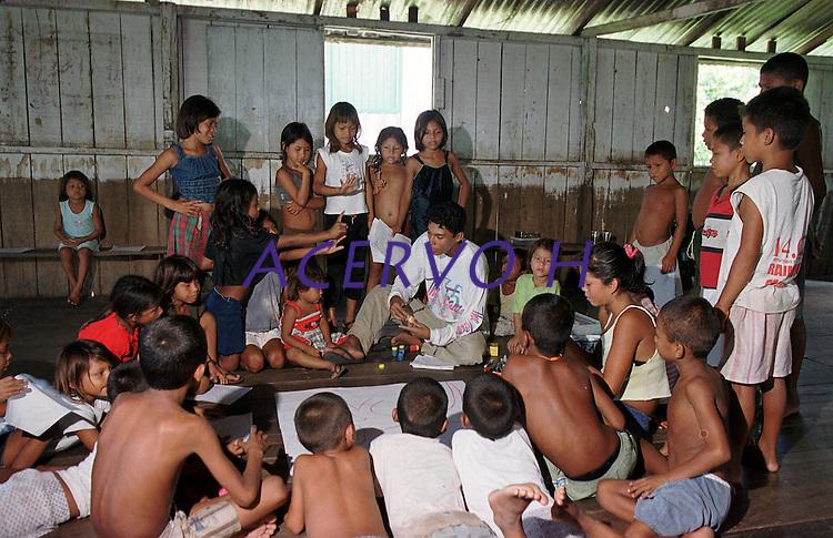 Crianças na escola  de vila Alencar na RDS Mamirauá.<br /> Mamirauá, Amazonas, Brasil.<br /> Foto Paulo Santos