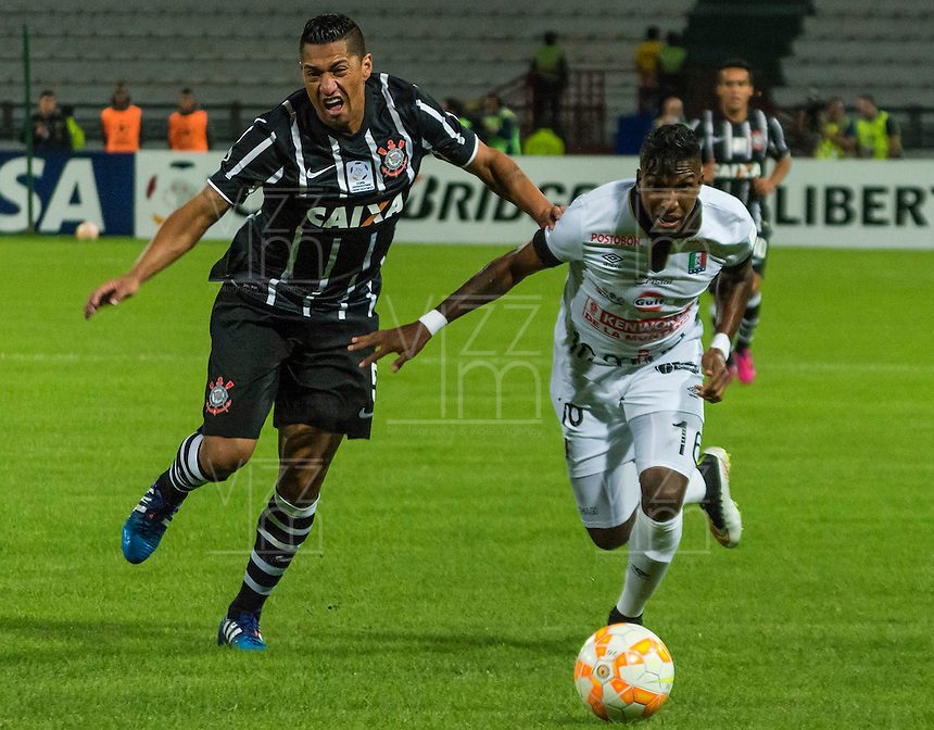 MANIZALES- COLOMBIA - 11-02-2015: Johan Arango (Der) jugador de Once Caldas, disputa el balón con Ralf (Izq) jugador del Corinthians, durante partido de vuelta entre Once Caldas de Colombia y Corinthians de Brasil por la primera fase, repechaje 6, de la Copa Bridgestone Libertadores en el estadio Palogrande, de la ciudad de Manizales. / Johan Arango (R) player of Once Caldas, vies for the ball with Ralf (L) player of Corinthians, during a match for the second leg between Once Caldas of Colombia and Corinthians of Brasil for the first phase, playoff 6, of the Copa Bridgestone Libertadores in the Palogrande stadium in Manizales city. Photos: VizzorImage / Kevin Toro / Cont