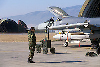 - carico di missili su un aereo F 16 nella base aerea  USA di Aviano (Pordenone)....- load of missile on a F 16  fighter in the USA air base  of Aviano (Pordenone, Italy)..