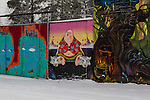 område utanför Stockholm som heter Snösätragränd. Det brukade vara ett industriområde, men det håller på att riva som snabbt förvandlats till dukar för begåvade konstnärer.
