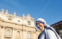 Suore Missionarie della Carita' in Piazza San Pietro durante la messa celebrata da Papa Francesco per la canonizzazione di Madre Teresa di Calcutta, Citta' del Vaticano, 4 settembre 2016.<br /> Nuns of the Sisters of the Missionaries of Charity in St. Peter's Square on the occasion of a mass celebrated by Pope Francis for the canonization of Mother Teresa, at the Vatican, 4 September 2016.<br /> <br /> UPDATE IMAGES PRESS/Isabella Bonotto<br /> <br /> STRICTLY ONLY FOR EDITORIAL USE
