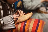 Afrique/Afrique du Nord/Maroc/Essaouira: Fabrication des babouches en rafia dans la médina chez Rafia Style