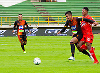 TUNJA-COLOMBIA, 19-09-2020: Arley Bonilla de Patriotas Boyaca y Santiago Noreña de Envigado F.C. disputan el balón, durante partido de la fecha 9 entre Patriotas Boyaca y Envigado F.C., por la Liga BetPlay DIMAYOR I 2020, jugado en el estadio La Independencia de la ciudad de Tunja. / Arley Bonilla of Patriotas Boyaca and Santiago Noreña of Envigado F.C. figh for the ball, during a match of the 9th date between Patriotas Boyaca and Envigado F.C., for the BetPlay DIMAYOR Leguaje I 2020 played at the La Independencia stadium in Tunja city. / Photo: VizzorImage / Edward Leguizamon / Cont.