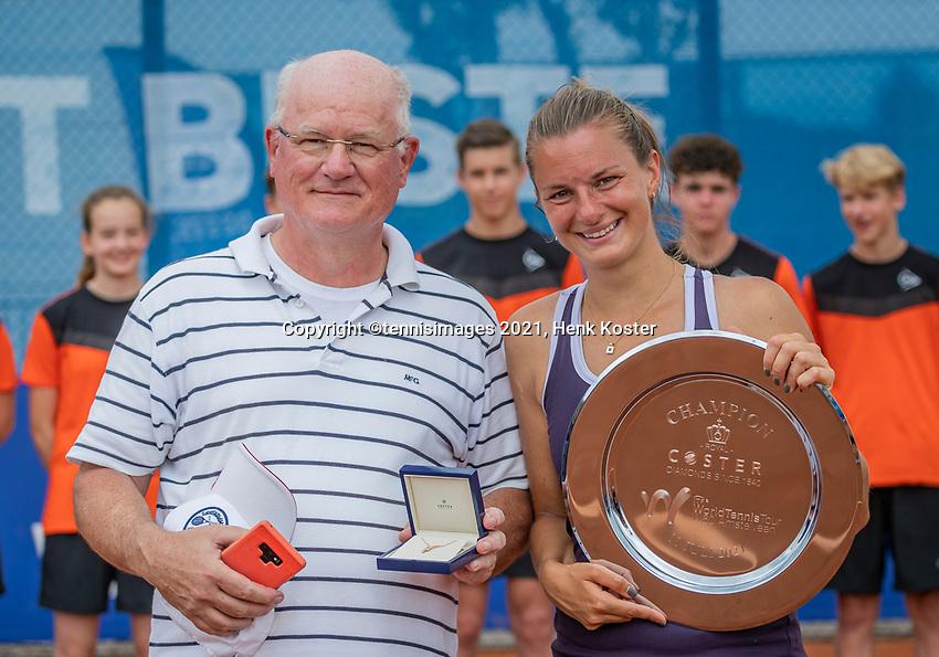 Amstelveen, Netherlands, 10 Juli, 2021, National Tennis Center, NTC, Amstelveen Womans Open, Singles final:  Quirine Lemoine (NED) with her father<br /> Photo: Henk Koster/tennisimages.com