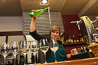 Europe/Espagne/Pays Basque/Guipuscoa/Goierri/Ordizia: bar à Tapas: Martinez - Service du cidre [Non destiné à un usage publicitaire - Not intended for an advertising use]