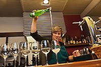 Europe/Espagne/Pays Basque/Guipuscoa/Goierri/Ordizia: bar à Tapas: Martinez - Service du cidre [Non destiné à un usage publicitaire - Not intended for an advertising use]