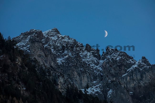 Moonrise over mountains, Mondaufgang über Berge, Planken, Rheintal, Rhine-valley, Liechtenstein.<br /> Foto: Paul J. Trummer