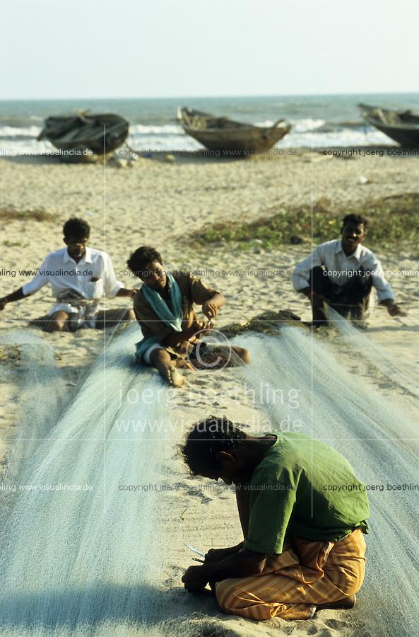 INDIA, Tamil Nadu, Eluru, dalit fisherman repair nets / INDIEN, Dalits, Kuestenfischer reparieren die Netze