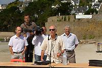 Yves-Marie LE LAY, president de Sauvegarde du Tregor, entoure de Pierre PHILIPPE, medecin-urgentiste au centre hospitalier de Lannion et de Maurice BRIFFAUT, victime d'une intoxication alors qu'il ramassait des algues vertes