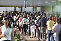 PAULÍNIA, SP, 21.05.2019: EMPREGO-SP - Fila gigante de pessoas a procura de emprego no prédio da Prefeitura de Paulínia, interior de São Paulo, na manhã desta terça-feira (21). No local estarão disponibilizadas o cadastro de currículo para 160 vagas de emprego em um supermercado que irá começar a operar no município. (Foto: Luciano Claudino/Código19)