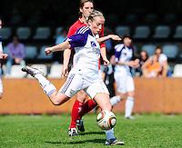 RSC Anderlecht Dames - Standard Femina : Standard kampioen 2010 - 2011 : Marijke Callebaut aan de bal voor Aline Zeler.foto DAVID CATRY / Vrouwenteam / Loft6