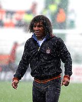 MANIZALES - COLOMBIA - 14-04-2013:Alberto Gamero, director técnico Boyacá Chicó FC, durante el partido en el estadio Palogrande de la ciudad de Manizales, abril 14 de 2013.Once Caldas empató a dos goles con el Boyacá Chicó FC, en partido de la fecha 10 de la Liga Postobón I. (Foto: VizzorImage /JJB/ Str).  Alberto Gamero, coach of Boyaca Chico FC, ??during the match at the stadium Palogrande city of Manizales, April 14, 2013. Once Caldas tied to two goals with the Boyaca Chico FC, in a match for the tenth date of the League Postobon I. (Photo: VizzorImage / JJB / Str)   .