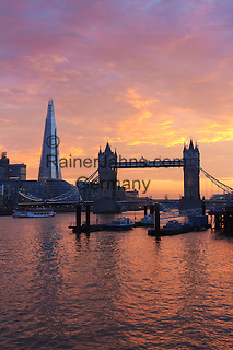 United Kingdom, London: The Shard and Tower Bridge on the River Thames at sunset | Grossbritannien, England, London: Sonnenuntergang an der Themse mit Tower Bridge und The Shard