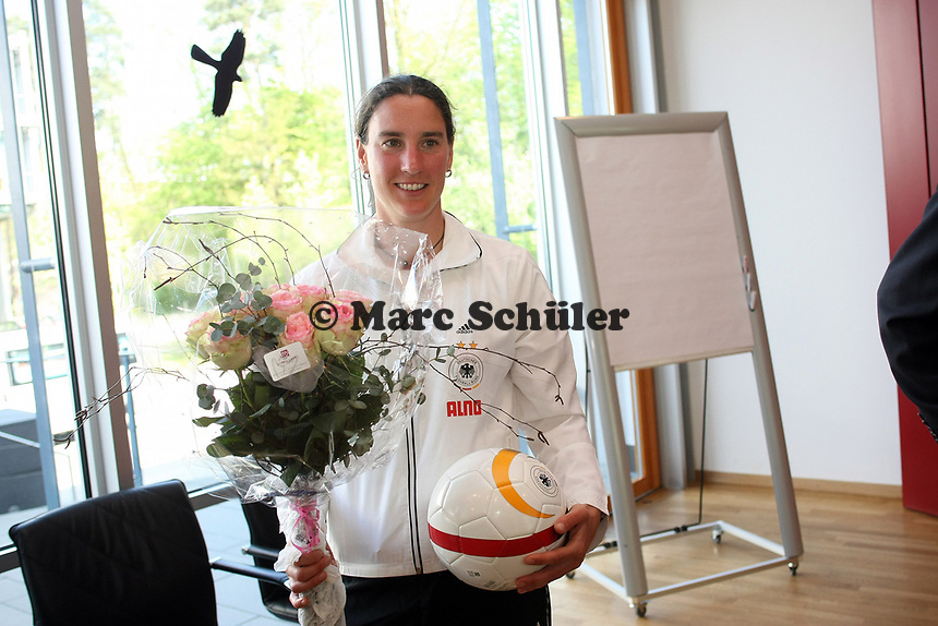 Birgit Prinz (D) mit Blumenstrauss und Fussball<br /> PK zum Laenderspiel Deutschland vs. Brasilien *** Local Caption *** Foto ist honorarpflichtig! zzgl. gesetzl. MwSt. Auf Anfrage in hoeherer Qualitaet/Aufloesung. Belegexemplar an: Marc Schueler, Am Ziegelfalltor 4, 64625 Bensheim, Tel. +49 (0) 151 11 65 49 88, www.gameday-mediaservices.de. Email: marc.schueler@gameday-mediaservices.de, Bankverbindung: Volksbank Bergstrasse, Kto.: 151297, BLZ: 50960101