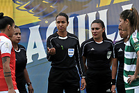 BOGOTÁ-COLOMBIA, 11–08-2019: Vanessa Ceballos, árbitra antes del partido con los capitanas María Morales de Independiente Santa Fe y Lizeth Camacho de La Equidad, durante partido de la fecha 5 entre Independiente Santa Fe y La Equidad, por la Liga Águila Femenina, jugado en el estadio Nemesio Camacho El Campín de la ciudad de Bogotá. / Vanessa Ceballos, referee before the match with the captains Maria Morales of  Independiente Santa Fe and Lizeth Camacho of La Equidad, during a match of the 5th date between Independiente Santa Fe and La Equidad, for the 2019 Women's Aguila League played at the Nemesio Camacho El Campin Stadium in Bogota city, Photo: VizzorImage / Luis Ramírez / Staff.