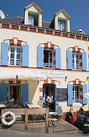 """Europe/France/Bretagne/56/Morbihan/Belle-Ile/ Sauzon: Restaurant """"Le Petit baigneur"""" Rampe des Glycines - la terrasse"""