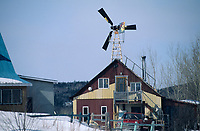 Amérique/Amérique du Nord/Canada/Quebec/Les Eboulements : Maison et éolienne