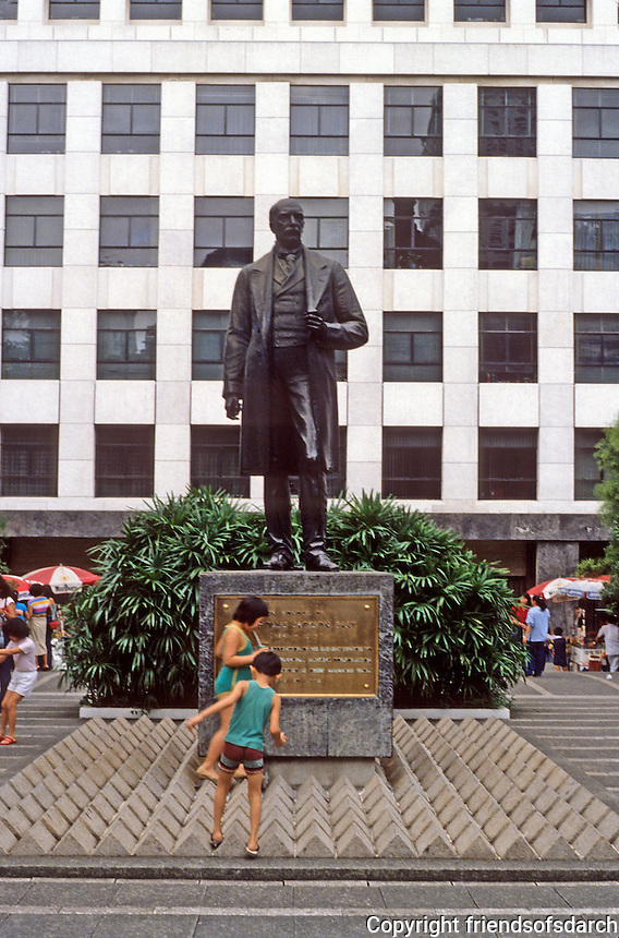 Hong Kong: Statue and children playing in front. Photo '82.