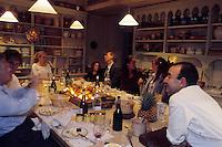 France/84 Vaucluse/Avignon: Repas à la Table d'Hote de la Mirande dans la cuisine médiévale d'un ancien palais de Cardinal les convives et le chef Jean Claude Altmayer