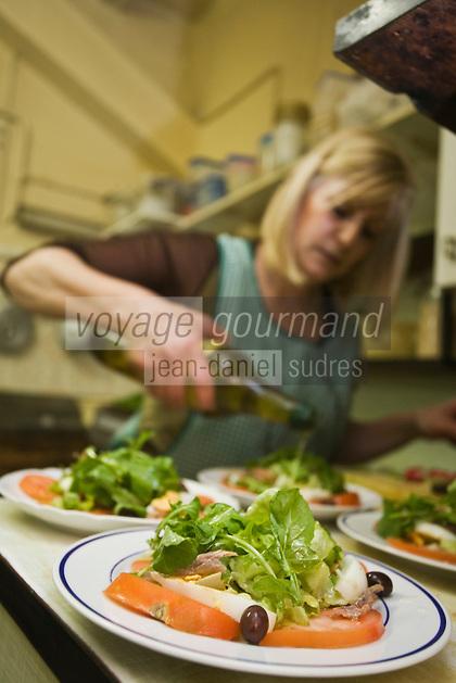 Europe/France/Provence-Alpes-Côte d'Azur/06/Alpes-Maritimes/Nice:  restaurant : Préparation de la salade nicoise  au restaurant: Chez Palmyre dans le Vieux Nice