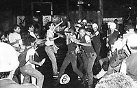 José Heder Benatti, liderança estudantil tenta conter a violência dos PMs.<br /> Estudantes se mobilizam na luta pela meia passagem pulando a roleta dos ônibus durante vários protestos pela cidade e são reprimidos pela polícia militar.<br /> Belém, Pará, Brasil.<br /> Foto Paulo Santos <br /> 1984
