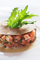 Europe/France/Pays de la Loire/44/Loire-Atlantique/Nantes: Tartare de Saumon aux huîtres, croquant blé noir et mizouna en vinaigrette, recette de David Garrec  du restaurant l'Océanide
