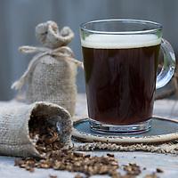 Löwenzahn-Kaffee, Löwenzahn-Tee, Heiltee, Kräutertee, Wurzelkaffee, Wurzel-Kaffee, Kaffee, Kaffeeersatz, Kaffee-Ersatz, Tee, Wurzeltee aus gerösteten Wurzeln, Löwenzahn-Wurzel, Löwenzahn-Wurzeln, Löwenzahnwurzel, Löwenzahnwurzeln, Wiesen-Löwenzahn, Radix Taraxaci, Taraxaci radix. Gemeiner Löwenzahn, Wurzel, Wurzeln, Wurzelstock, Pfahlwurzel, Kuhblume, Taraxacum officinale, Taraxacum sect. Ruderalia, Dandelion, root, roots, root stock, herb tea, herbal tea, tea, coffee, coffee grounds, Dent de lion