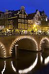 Netherlands, North Holland, Amsterdam: Corner of Herengracht and Blauwburgwal at night | Niederlande, Nordholland, Amsterdam: Giebelhaeuser Ecke Herengracht und Blauwburgwal am Abend