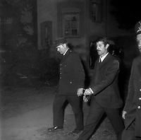 A l'extérieur du Palais de Justice. 6 octobre 1971. René Vignal menotté quittant le Palais (vue de profil), est entouré de policiers. Vue de nuit. Cliché pris à la fin du procès de René Vignal (ancien footballeur), accusé d'une série de braquages perpétués à Toulouse et dans la région bordelaise entre 1969 et 1970. Observation: Au côté de René Vignal, comparaissaient également MM. Francis Bataille, Roger Claverie, Roger Martin, Marcel Filiol, Jean-Pierre Arrou, Guy Martin, René Doncel et Jean-Louis Parrenin.