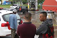 CAMPINAS, SP, 08.01.2018: CRIME-SP - Um homem foi morto na manhã desta segunda-feira (08) em um posto de combustível no Jd. São Marcos em Campinas, interior de São Paulo. Segundo informações de policiais no local o veículo da vítima estava sendo seguido e quando ele parou no posto de gasolina foi alvejado por vários tiros, morrendo no local. (Foto: Luciano Claudino/Codigo19)