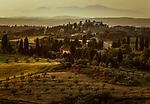 Italien, Toskana, Provinz Pisa, bei Volterra: Toskanische Landschaft im letzten Abendlicht | Italy, Tuscany, Province of Pisa, near Volterra: Tuscan landscape at dusk