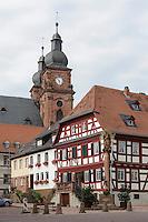 Katholische Kirche St.Gangolf und Debon-Haus in Amorbach im Odenwald, Bayern, Deutschland