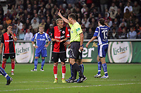 Michael Thurk (Eintracht Frankfurt) diskutiert mit Schiedsrichter Marc Seemann