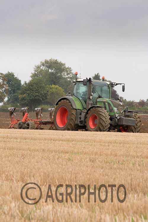 Fendt 724 ploughing stubble in Lincolnshire.<br /> Picture Tim Scrivener 07850 303986