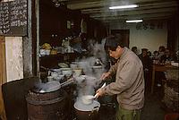 Asie/Chine/Jiangsu/Nankin/Quartier du temple de Confucius: Scène de rue - Chinois déjeunant dans un restaurant populaire<br /> PHOTO D'ARCHIVES // ARCHIVAL IMAGES<br /> CHINE 1990
