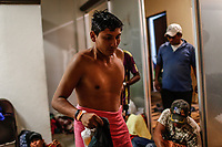"""Migrantes  acceden al area de baños para el aseo personal..  <br /> <br /> Migrantes reciben atención medica, alimentación, aseo personal y un lugar para descansar en el comedor Comunitario de la Colonia San Luis de Hermosillo Sonora.<br /> <br /> La Caravana del Migrante con un contingente de alrededor de 600 personas en su mayoría de origen centroamericano, arribo a Hermosillo Sonora a bordo del tren conocido como """"La Bestia"""", provienen de la frontera Sur del País y con rumbo a la ciudad de Mexicali donde continuaran el viaje hasta Tijuana.<br /> La caravana tiene como objetivo solicitar <br /> asilo a Estados Unidos y algunos integrantes piensan solicitar una visa humanitaria en México para laborar en los campos de Sonora y Baja California.<br /> (Photo: NortePhoto/Luis Gutiérrez)"""