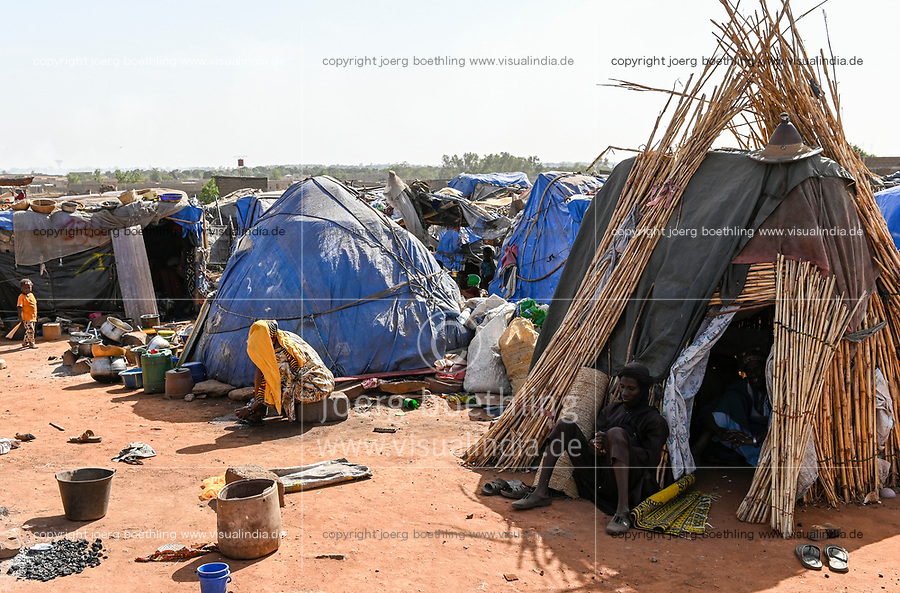 MALI, Bamako, IDP camp Faladjié, Peulh people settled here after ethnic conflicts with Dogon people in the region Mopti,  / Faladié, Peulh Fluechtlinge haben sich nach ethnischen Konflikten mit Dogon in der Region Mopti hier angesiedelt