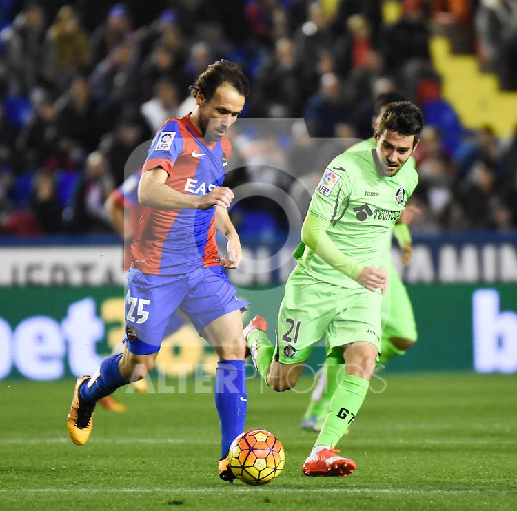 Levante's  Verdu  and  Getafe's Moi Gomez  during La Liga match. February 19, 2016. (ALTERPHOTOS/Javier Comos)