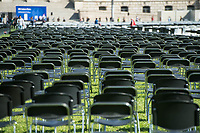 """Aktion und Installation """"Lager evakuieren, der Platz ist da!"""" des Buendnis #Seebruecke im Rahmen der Aktionstage von """"We'll come united"""" am Montag den 7. September 2020 aus dem Platz der Republik vor dem Deutschen Bundestag.<br /> Das Buendnis stellte 10.000 schwarze und 3.000 weisse Stuehle als Symbol fuer die Menschen, welche momentan im hoffnunslos ueberfuellten Fluechtlingslager Moria (Griechenland) leben muessen auf. Die 3.000 weissen Stuehle symbolisieren die Anzahl Menschen, welche offiziell in dem Fluechtlingslager leben sollten. <br /> 7.9.2020, Berlin<br /> Copyright: Christian-Ditsch.de<br /> NUR FUER REDAKTIONELLE ZWECKE! Werbung nur auf Anfrage beim Fotografen. [Inhaltsveraendernde Manipulation des Fotos nur nach ausdruecklicher Genehmigung des Fotografen. Vereinbarungen ueber Abtretung von Persoenlichkeitsrechten/Model Release der abgebildeten Person/Personen liegen nicht vor. NO MODEL RELEASE! Don't publish without copyright Christian-Ditsch.de, Veroeffentlichung nur mit Fotografennennung, sowie gegen Honorar, MwSt. und Beleg. Konto: I N G - D i B a, IBAN DE58500105175400192269, BIC INGDDEFFXXX, Kontakt: post@christian-ditsch.de<br /> Bei der Bearbeitung der Dateiinformationen darf die Urheberkennzeichnung in den EXIF- und  IPTC-Daten nicht entfernt werden, diese sind in digitalen Medien nach §95c UrhG rechtlich geschuetzt. Der Urhebervermerk wird gemaess §13 UrhG verlangt.]"""