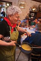 Europe/France/Midi-Pyrénées/12/Aveyron/Aubrac/Saint-Chély-d'Aubrac: Lors de la Fête de la transhumance en Aubrac chez Mr Niel éleveur à Aulos - un substantiel petit déjeuner avec de la soupe au fromage est servi avant d'entreprendre une longue marche vers la montagne avec le troupeau