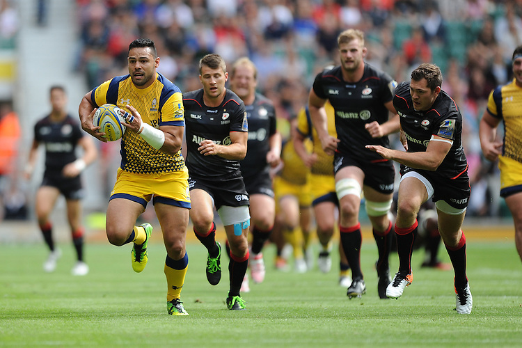 Ben Te'o of Worcester Warriors breaks from Alex Goode of Saracens during the Aviva Premiership Rugby match between Saracens and Worcester Warriors at Twickenham Stadium on Saturday 03 September 2016 (Photo by Rob Munro/Stewart Communications)